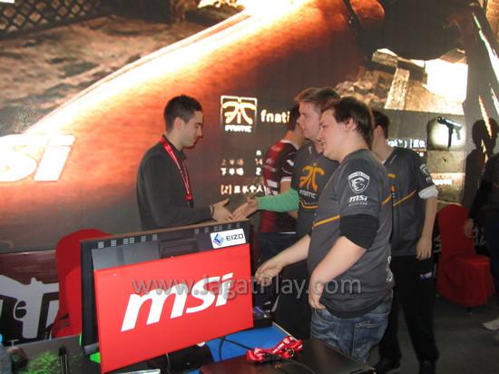 Tim Fnatics memberikan selamat kepada tim VeryGames, juara dari MSI BEAT IT 2013 Final.