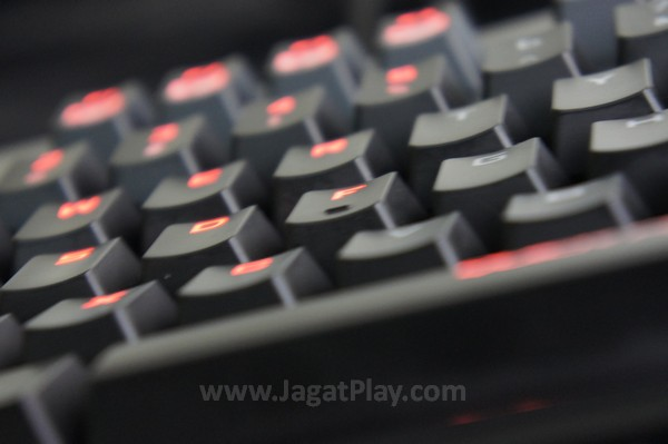 Menundukkan DOTA 2 dan CS: Go? Bukan perkara sulit untuk keyboard yang satu ini.