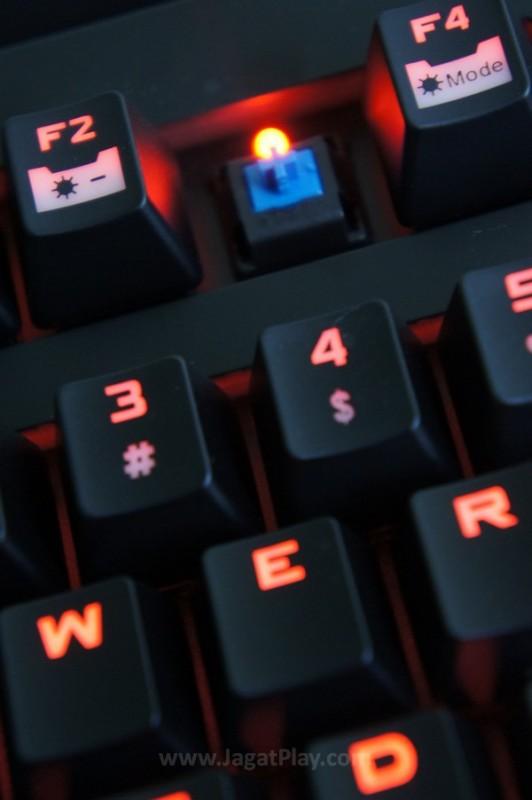 Dengan Cherry MX Blue yang ia usung, keyboard ini siap untuk menundukkan game apapun yang kami lemparkan untuknya.