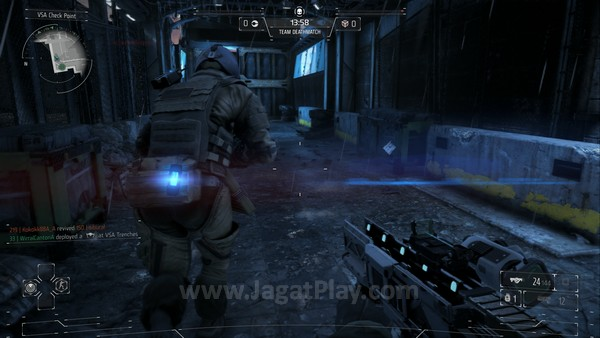 Berbeda dengan Battlefield 4 yang hadir dengan map luas dan beragam kendaraan, Killzone: Shadow Fall lebih cenderung mengusung atmosfer petempuran jarak dekat, dengan ukuran map yang tidak terlalu besar.