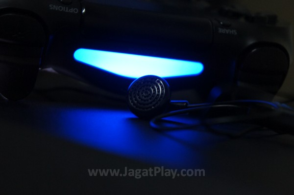 Lewat port jack di bagian bahwa kontroler, Anda bisa menyematkan perangkat audio apapun di sana. Jika perangkat audio Anda juga mendukung mic, Anda bisa mengakses voice command Playstation 4 secara otomatis.
