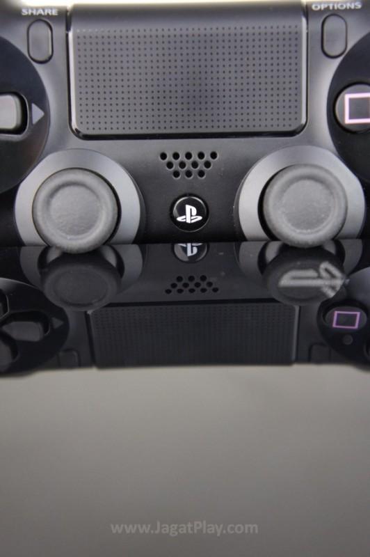 Bagian tengah Dualshock 4 memuat area touchpad, yang potensial, walaupun belum terlihat signfikan saat ini.