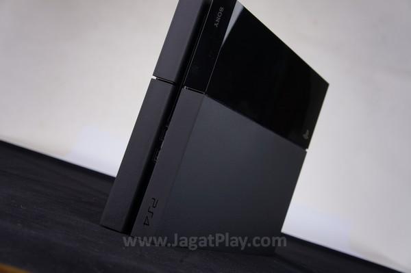 Tidak hanya unik, bentuk ini juga membuat Playstation 4 digunakan dalam posisi baring maupun berdiri.