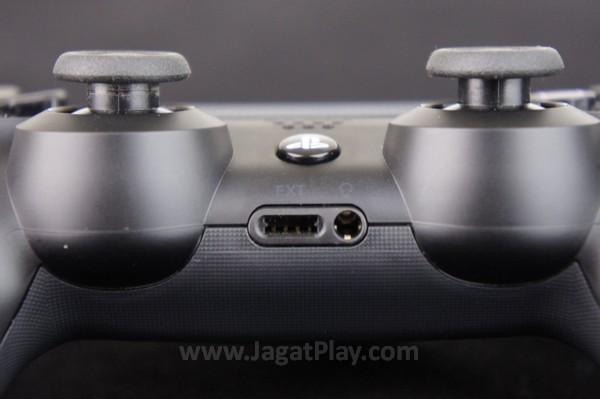 Bagian analog dan triggernya kini jauh lebih responsif dan nyaman digunakan dibandingkan generasi sebelumnya.