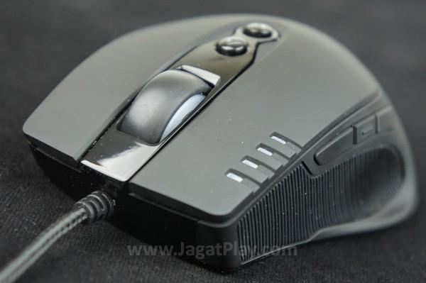 Mouse ini hadir dengan delapan buah tombol yang bisa diakses dengan sangat mudah.