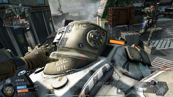 Tidak harus dengan senjata anti-Titan, Anda juga bisa memanjat ke belakang TItan musuh dan menghancurkan reaktor mereka dari dekat. Awesome!