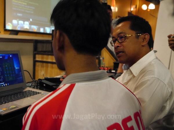 Coach Aji Santoso menjelaskan strategi di FIFA Online 3
