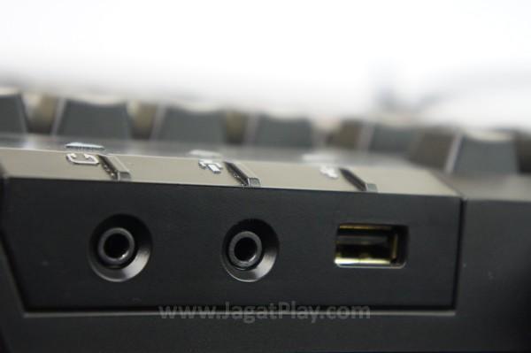 Ekstra slot USB dan port jack 3.5mm untuk mempermudah integrasi peripheral Anda yang lain.