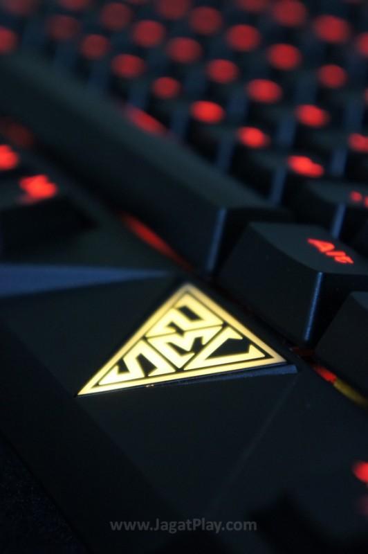 Sebuah logo utama dengan lampu berwarna kuning emas semakin mempercantik kosmetik keyboard yang satu ini. Setidaknya memperkuat identitasnya sebagai sebuah keyboard gaming.
