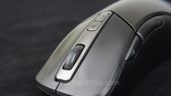Tujuh buah tombol standar di posisi yang nyaman untuk diakses.