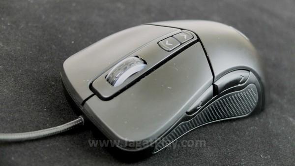 Selain klik kiri - kanan dan scroll wheel, dua tombol ekstra disematkan untuk membantu gamer mengatur sensivitas mouse secara instan.
