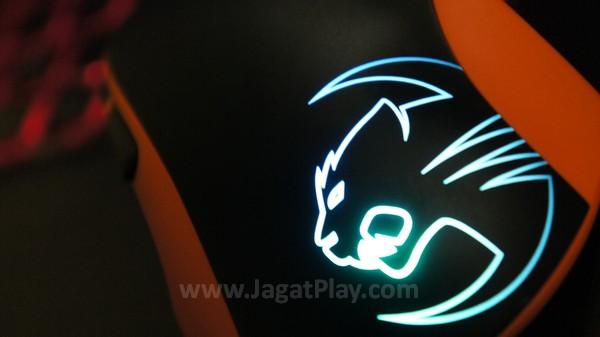 Logo garang Roccat menyala terang di bagian palm rest.