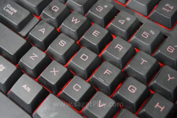 Keyboard dengan LED merah.