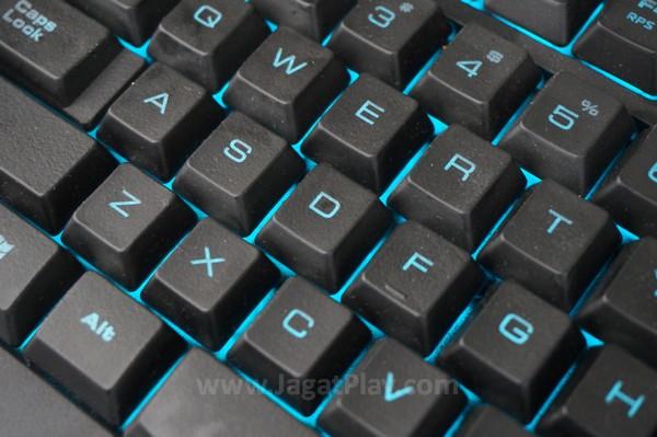 Keyboard dengan LED hijau.