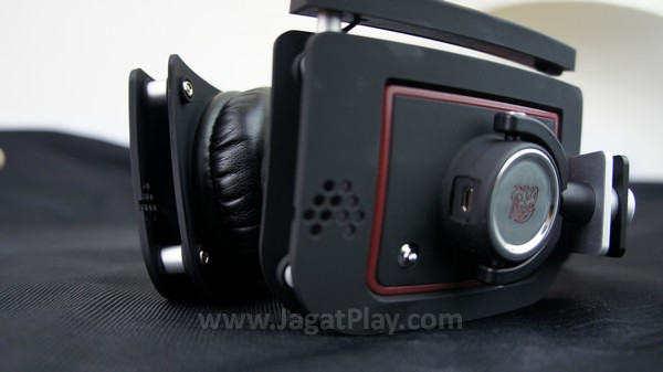 Tidak sulit untuk mendefinisikan headset ini sebagai peripheral gaming, terutama dari bentuk yang ia tawarkan.