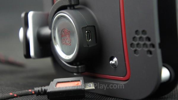 Anda bisa memilih untuk menyematkan kabel audio jack di kedua sisi, sesuai dengan preferensi pribadi Anda sendiri.