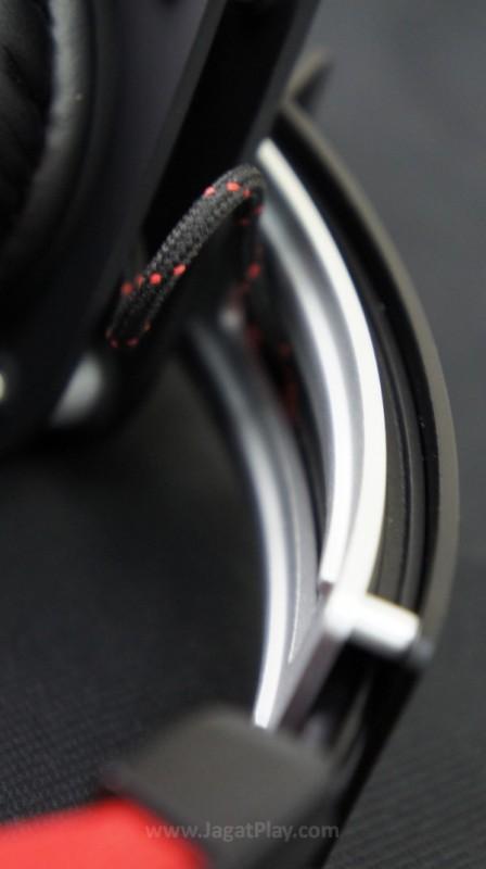 Alumunium menjadi bahan utama headset yang satu ini.
