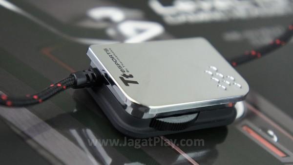 Thermaltake menyediakan dua jenis kabel di paket penjualan: 1 meter untuk mobile dan 3 meter dengan ekstra controller mini untuk penggunaan di desktop.