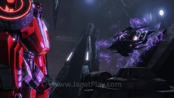 Sementara satu timeline lainnya berada di Cybertron sebelum detik-detik kehancurannya.