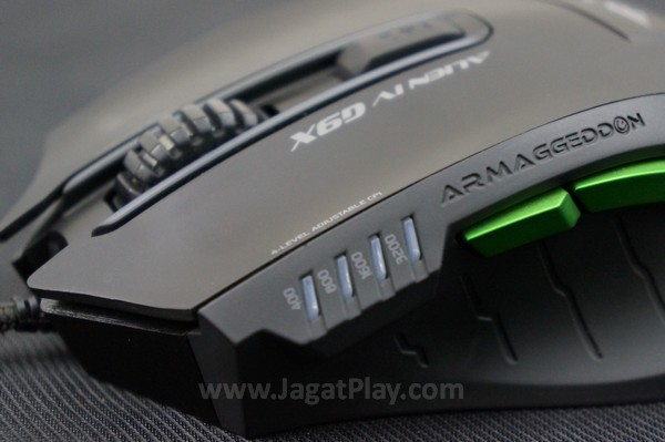 Dua tombol ekstra disematkan di sisi kiri, dengan lampu indikator sensitivitas yang akan menandakan posisi setting mouse Anda saat ini.