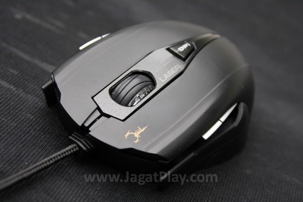 Plastik menjadi bahan utama yang menyelimuti mouse ini, tanpa suntikan bahan karet di kedua sisi yang memang tengah menjadi tren tersendiri di mouse gaming.
