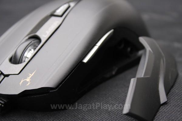 Anda bisa membuka bagian sisi mouse ini dan menggantinya dengan varian yang sudah disediakan dalam paket penjualan.  Menggunakan sistem magnet, hal ini sangat mudah untuk dilakukan.