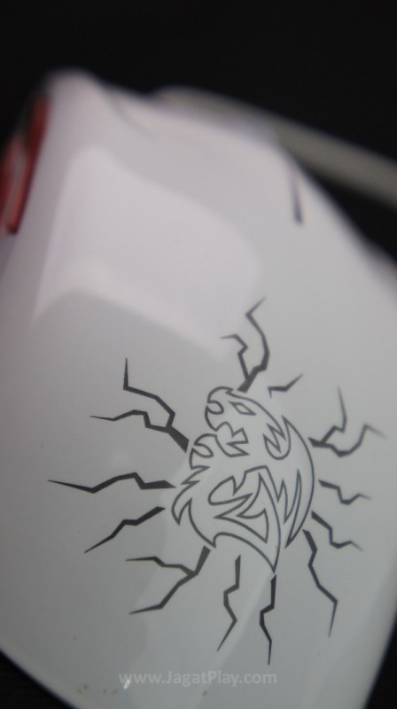 Lambang naga khas Thermaltake menandai teritorinya di bagian belakang Saphira Team DK ini.