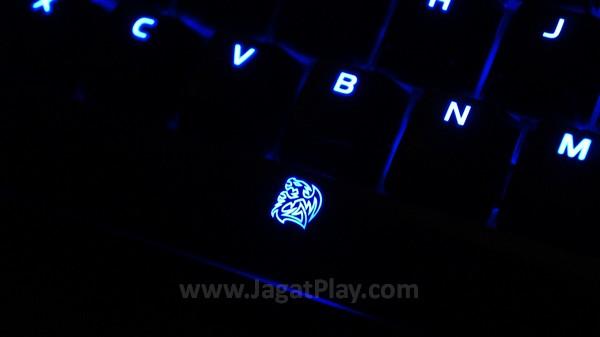 """Sesuai dengan temanya – """"Poseidon"""" yang notabene merupakan seorang dewa laut, keyboard ini juga menawarkan atmosfer serupa lewat pemilihan lampu LED yang menyala lembut."""