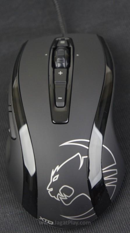 Desain bentuk yang ergonomis dengan balutan warna hitam yang elegan, ia memperlihatkan identitas peripheral gaming yang cukup kuat.