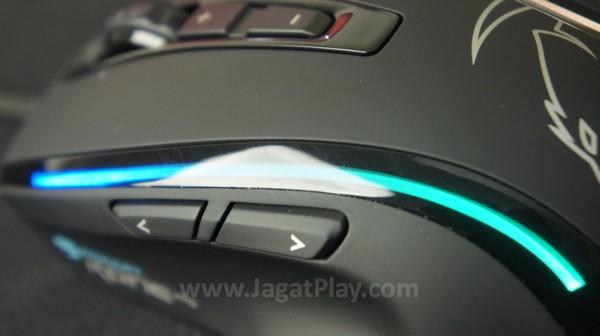 Sisi kosmetik lewat garis LED yang disematkan di kedua sisi mouse.
