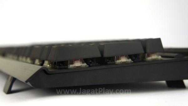 Berbeda dengan keyboard lain, kaki yang dapat ditemukan di sini ada empat.