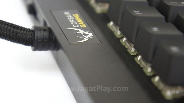 Bahan alumunium membuat body keyboard ini lebih kokoh.