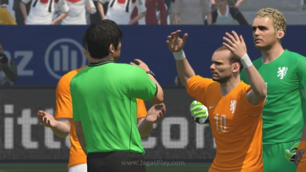 Ekspresi kekesalan Sneijder