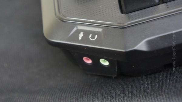 Dua slot USB di sisi kanan atas, dan dua port jack 3.5 mm di sisi kiri atas menjadikan Roccat Ryos MK Pro tak ubahnya sebua media hub.