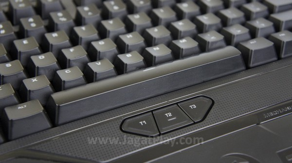 Tidak hanya itu saja, ada tiga ekstra tombol yang bisa Anda akses dengan jempol di bagian bahwa spasi.