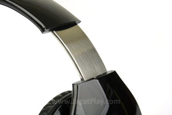 Penopang pada headband menggunakan besi stainless yang cukup kuat guna mendukung penggunaan di outdoor.