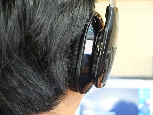 Tombol volume dan power disembunyikan di belakang headphone. Secara bersamaan juga memudahkan pengguna untuk menekan tombol tersebut.
