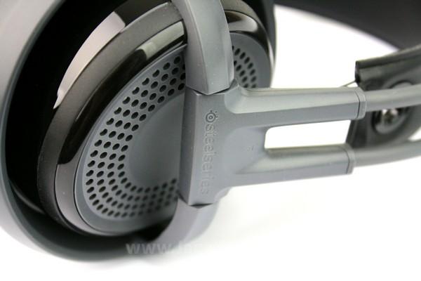 Headphone ini disertai penyangga yang dapat menyesuaikan diri dengan bentuk kepala Anda.