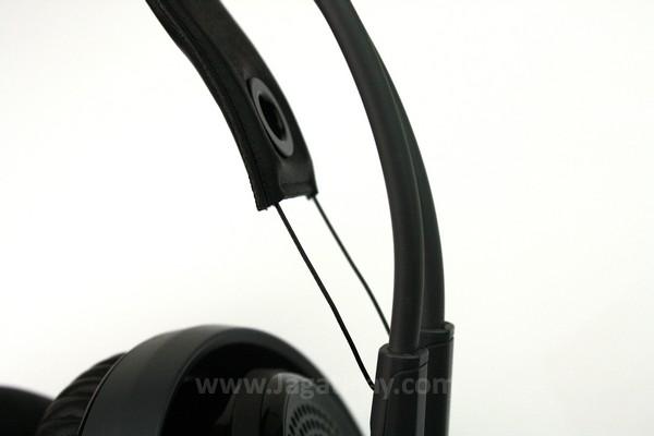 Headband terbuat dari kulit dan dapat memanjangkan diri dengan bantuan benang yang elastis.