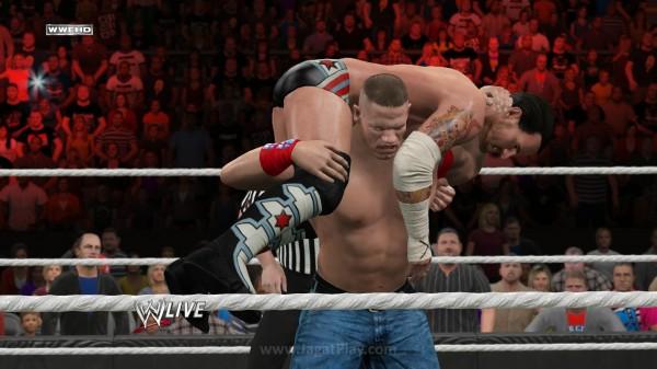 Anda yang sempat familiar dengan seri WWE manapun sebelumnya akan mudah menguasai seri ini. Serangan biasa, kombinasi serangan grapple, dan menikmati setiap animasi yang muncul.