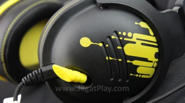 Selain corak di kedua earpad, headset ini memang terhitung hadir dengan elemen kosmetik yang minim. Tidak ada kombinasi LED untuk memperkuat hal tersebut.