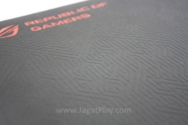 Ukiran tribal suku Maya pada mousepad ini mampu menarik perhatian gamer lain