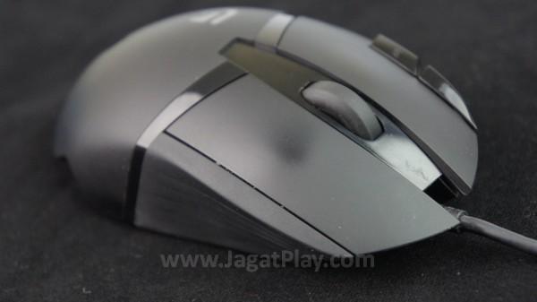 Bahan plastik mendominasi build mouse ini.