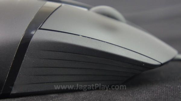 Ada sedikit bahan karet di bagian kanan untuk memperkuat grip. Namun sayangnya, desain ini juga mudah menarik debu.