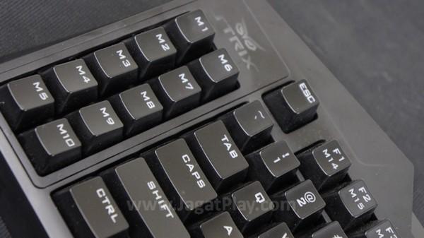 Kesepuluh  tombol ekstra makro di bagian kiri ditempatkan di posisi yang pas. Resiko untuk salah menekan tombol karena memori otot akan sangat kecil.