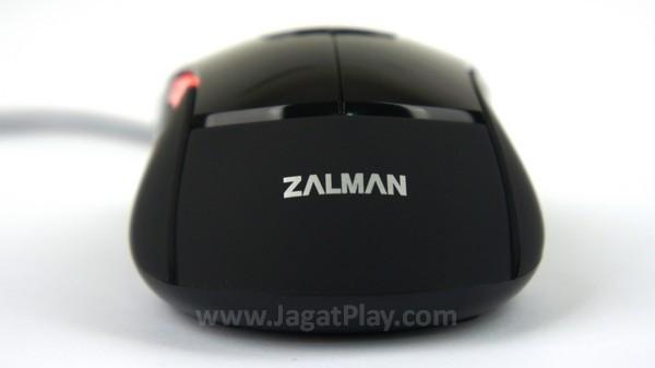 Bagian belakang mouse dilengkapi permukaan karet untuk meningkatkan grip