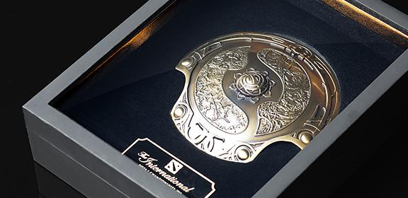 Valve akan mengirimkan replika 1/5 Aegis of Champions - trophy pemenang The International untuk para pemilik Compendium level di atas 1.000.
