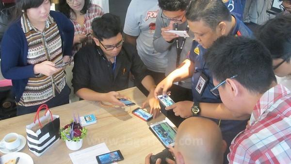 Game ini dapat dimainkan sendiri atau bersama teman melalui Matchmaking Online