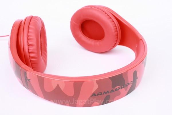 Headset terbuat dari bahan plastik yang ringan