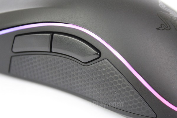 Selain dilapisi karet untuk meningkatkan kendali, tombol sisi dibuat melengkung supaya tidak menyakiti tangan